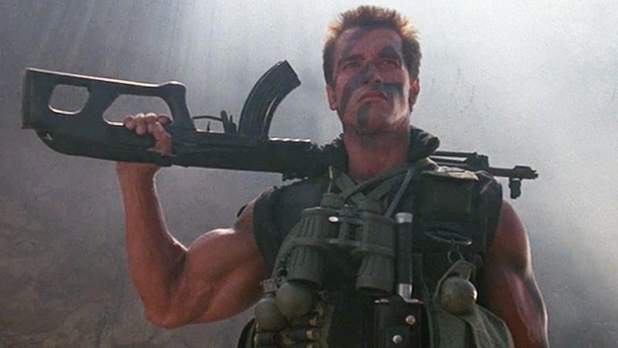 Arnold Schwarzenegger dans le film Commando, avec un fusil d'assaut sur l'épaule.