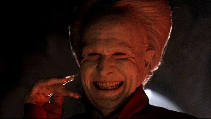 Le personnage de Dracula avec un sourire sardonique.
