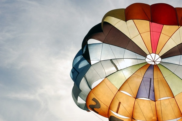 La toile d'un parachute, de toutes les couleurs.