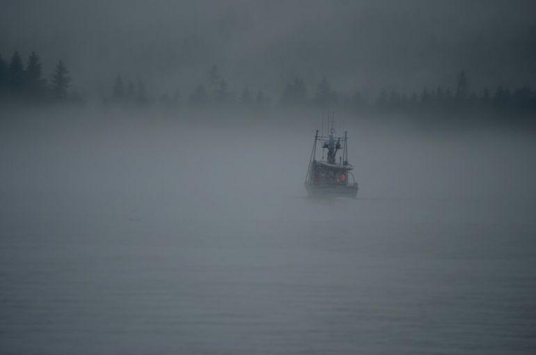 Un bateau navigue au milieu du brouillard.